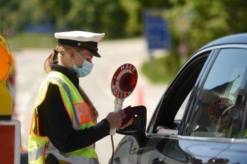 Eine Polizistin kontrolliert Autolenker an der Grenze zwischen Deutschland und Österreich. AFP