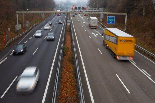 Endstation Grenze: Die Beamten untersagten dem in Österreich wohnhaften Paar die Weiterfahrt und stellten die Fahrzeugschlüssel vorübergehend sicher. VN