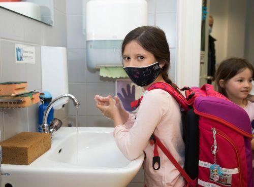 Erst Hände waschen und dann Schule.