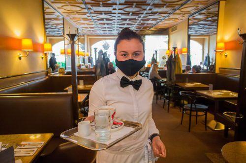 """Gastronomie-Mitarbeiter werden von der Maskenpflicht bald """"erlöst"""", in Arztpraxen bleibt sie bestehen.vn/steurer"""