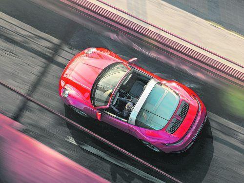 Gut ein Jahr nach Coupé und Cabrio bringt Porsche nun die Targa-Variante des neuen 911 an den Start. Wie schon beim Vorgänger folgt sie dem klassischen Konzept mit Überrollbügel und fester Heckglasscheibe, öffnen lässt sich nur ein Teil des Dachs. Zunächst gibt es zwei Motorisierungen mit 385 PS und 450 PS, Allradantrieb ist beim Porsche 911 Targa Standard.