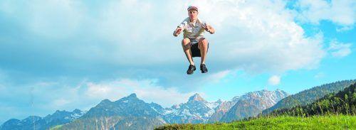 """Hoch hinaus ist die Devise von SBX-Weltcupsieger Alessandro """"Izzi"""" Hämmerle. Für den Fotografen tat dies der 26-Jährige symbolhaft mit der Zimbaspitze im Hintergrund.gepa"""