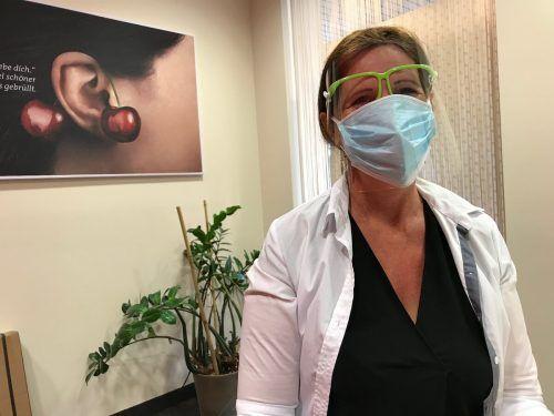 Hörgeräte-Akustikerin Simone Koller trägt bei direktem Kundenkontakt drei Masken, so will es das neue Schutzkonzept.vn/mm