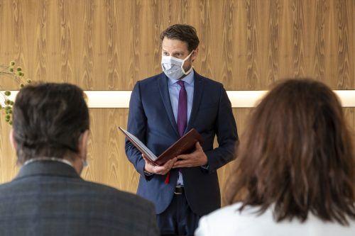 In Bregenz gaben sich trotz Krise acht Paare das Jawort. Der Standesbeamte Philipp Schröckenfuchs trägt dabei den obligatorischen Mund-Nasen-Schutz. Standesamt