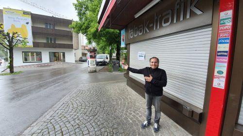 Inhaber Andreas Bischof weist den Weg in die neuen Räumlichkeiten im Gebäude der Raiba.