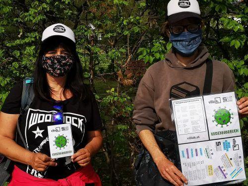 Ivonne und David von der Mobilen Jugendarbeit Bludenz sind im Stadtgebiet mit Infoflyern unterwegs. OJA Bludenz