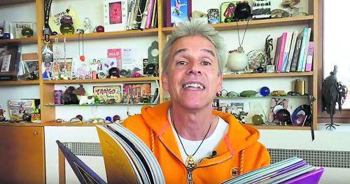 """Kinderbuchautor Thomas Brezina hat für die Buch am Bach in seinem Video aus seinem neuesten Werk """"Fritz Fantom – Der Schrecken der Schule"""" vorgelesen."""