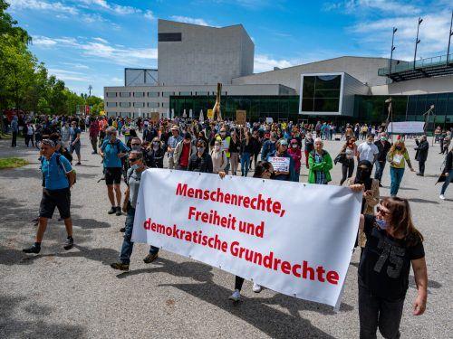 Laut Polizei demonstrierten 450 Menschen zwischen Festspielhaus und Molo gegen Coronaverordnungen, etwa die generelle Maskenpflicht. VN/Lerch