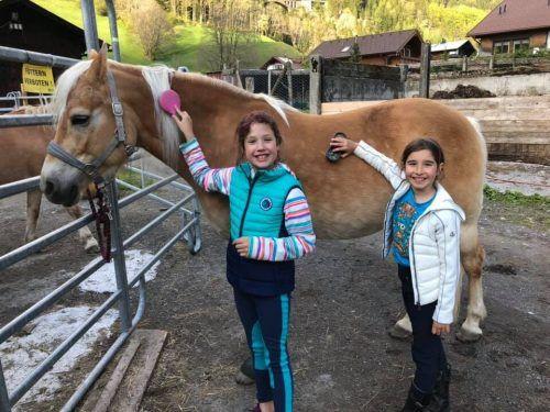 Livia und Estella sind Pferdenärrinnen. mek