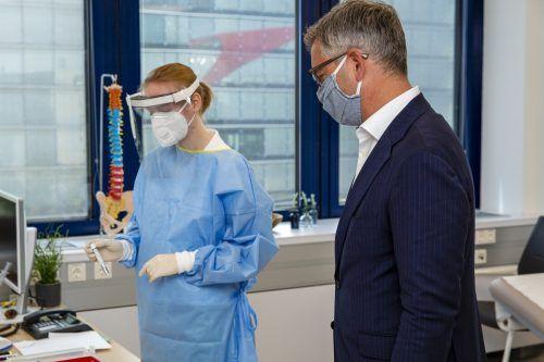Magnus Brunner besuchte die Station für PCR-Tests am Flughafen Wien.BKA