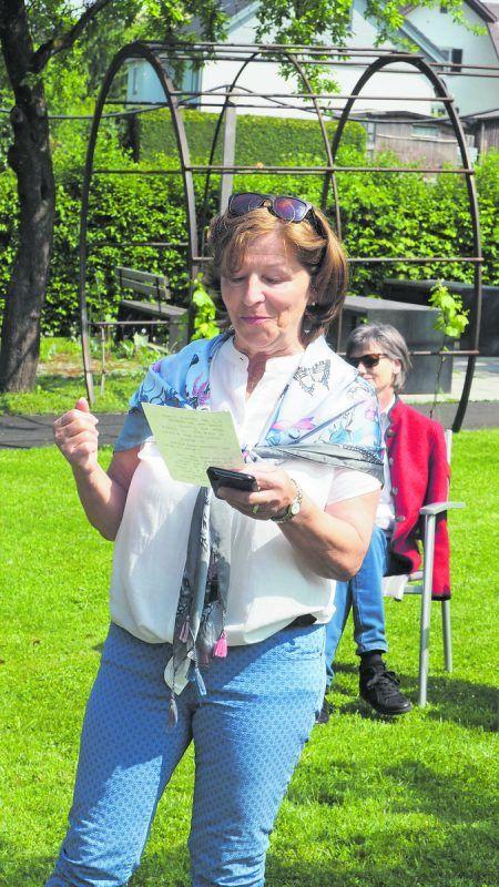 Margit Zerlauth begrüßte die Zuhörer im Garten des Sozialzentrums.