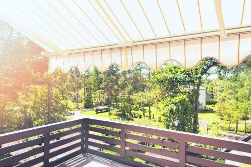 Markisen, Rollläden und Pflanzen sorgen für kühlere Wohnräume.Shutterstock