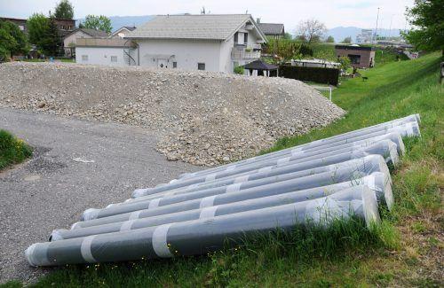 Material und Rohrleitungen für die Bauarbeiten in Fußach liegen bereit.