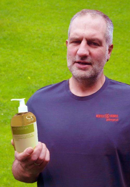 Mit einem speziellen Gel hilft Werner Bentele gegen Corona. stp
