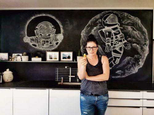 Mit einer eigenen Tafelwand hat Nadine Konzett vor drei Jahren die Kreidekunst für sich entdeckt. konzett