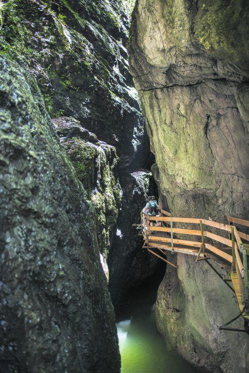 """Nach dem Felssturz wurde die Behelfsbrücke abgebaut und eine neue Umfahrungsstraße errichtet. Der Steg """"Rappenlochbrücke-Staufensee"""" ist aktuell noch nicht begehbar. Stadt"""