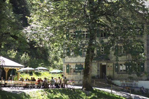 Nach einem kleinen Spaziergang können sich Wanderer und Tagesausflügler im Gastgarten ausruhen und erfrischen.Bad Rothenbrunnen