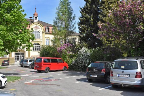 Nun findet der Markt auf diesem Parkplatz vor dem alten Schulhaus statt.
