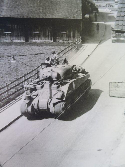 Panzer der Befreiungsarmee auf der Hatlerstraße Mitte Mai 1945.