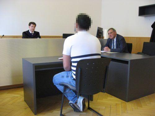 Richter Georg Furtschegger und Verteidiger Klaus Amann lauschen den Erklärungen des Angeklagten. EC