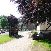 Neue Urnenwände am Friedhof Weiler