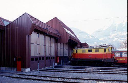 Seite Ende der 1960er-Jahre erhalten die Zuggarnituren ihre charakteristischen rot-gelben Lackierungen.