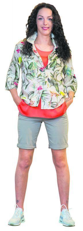 Sommerlich             Georgia (22) aus Lauterach trägt ein Outfit vom Modehaus Mayer in Götzis.Blazer von Lecomte (139,99), Top von Marc Aurel (89,95) und Bermudas von Mac (59,95).               VN/Steurer