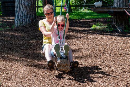 Sophia hatte mit Mama Marina riesig viel Spaß auf der dicken Seilraupe.