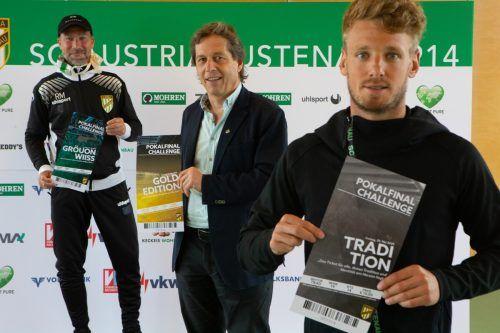 """Trainer Roman Mählich, Vorstandssprecher Bernd Bösch und Mittelfeldmotor Pius Grabher präsentieren die Tickets der """"Pokalfinal-Challenge"""".Steurer"""
