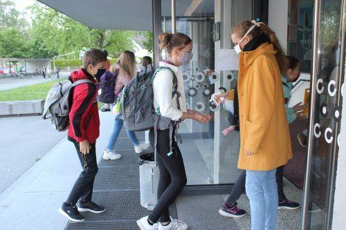 Vor dem Betreten des Schulgebäudes mussten sämtliche Gymnasiasten ihre Hände desinfizieren.VN/JS