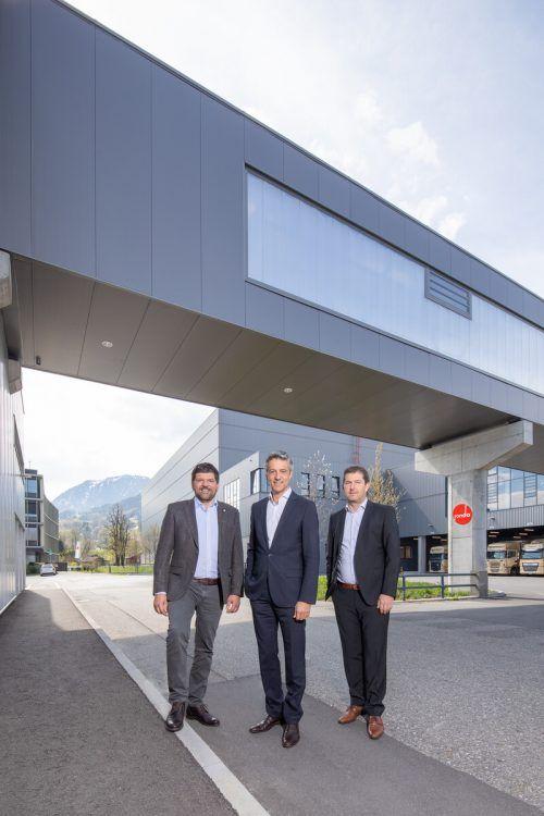 Werksleiter Stephan Kaar, Vorstandsvorsitzender Hubert Marte und Technik-Vorstand Udo Nachbaur sind Gastgeber der VN-Top-100-Veranstaltung 2021. Fa