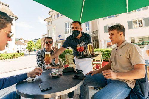 Zum Wohl. Kellner Erkan serviert den drei Kumpel frisches Bier. Das Gefühl eines Lokalbesuches lässt die Hindernisse verkraften. VN/Stiplovsek