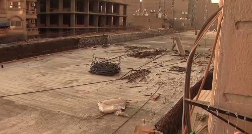 Zwischen den Fassaden und der neuen Brücke liegen nach offiziellen Angaben lediglich 50 Zentimeter. youtube