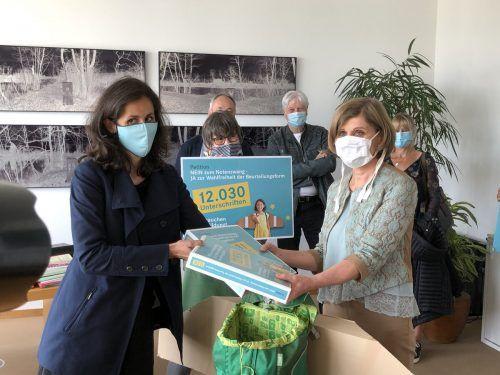 12.030 Unterschriften für ein pädagogisches Konzept ohne Ziffernnoten an Volksschulen. Lehrerin Simone Flatz (l.) mit LR Barbara Schöbi-Fink. VN/Hämmerle