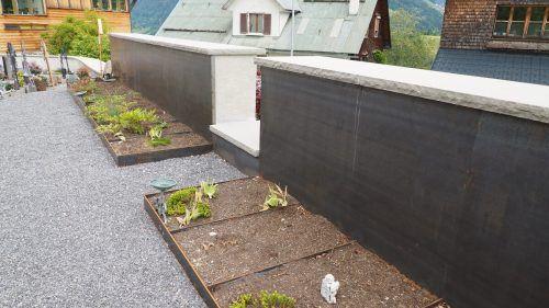 16 neue Erdurnengräber mit Messingeinfassung zieren seit Kurzem den Blonser Friedhof. ceg