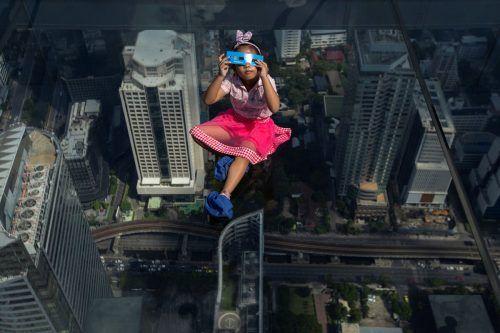 Dieses Mädchen hatte auf dem Glasboden-SkyWalk in Bangkok alles im Blick. RTS