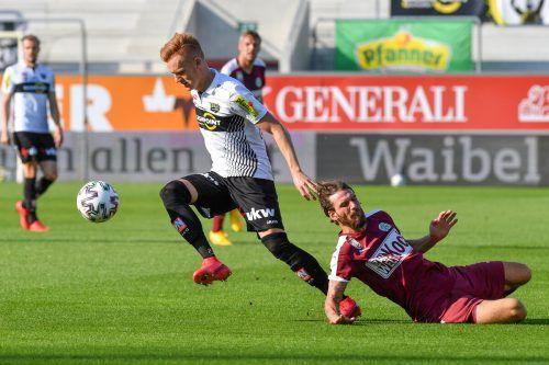 Altachs Christian Gebauer (im Bild links gegen Patrick Salomon) verlässt nach drei Saisonen die Rheindörfler. In bislang 111 Spielen gelangen ihm 15 Treffer.gepa