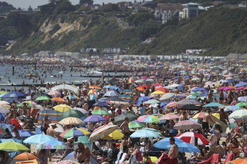 Am Donnerstag ging am überfüllten Strand von Bournemouth nichts mehr. Ap