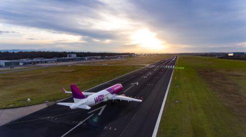Am Freitag startete erstmals wieder eine Passagiermaschine im Linienverkehr zu einem planmäßigen Flug. Wizz Air hatte das Ziel Tuzla. FDH
