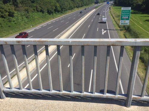 An dieser Stelle auf der Autobahnbrücke in Lauterach geriet der Jugendliche aus ungeklärtem Grund über das Geländer. VN/GS
