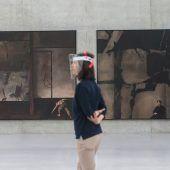 <p>Arbeiten aus der neuen Serie von Markus Schinwald, die nahezu seismographisch von der Distanzierung des einzelnen Menschen erzählen.</p>