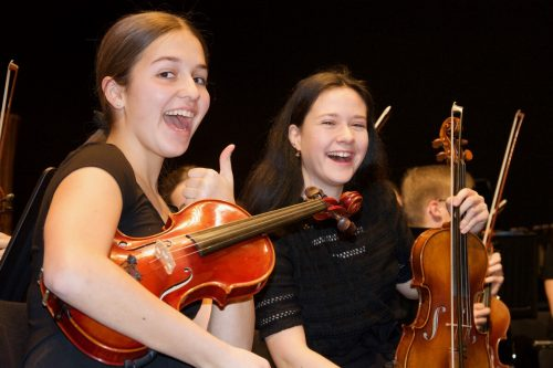 Auch Schüler der Musikschule stellen ihr jeweiliges Instrument vor. MS