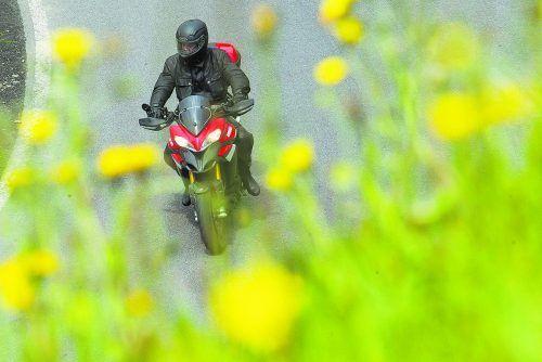Auf den beliebten Motorradstrecken des Tiroler Außerferns dürfen ab 10. Juni nur noch Motorräder fahren, deren Standgeräusch unter 95 Dezibel beträgt.VN/Steurer