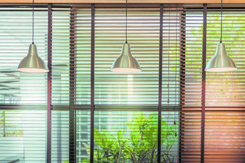 Außenliegender Sonnenschutz ist effektiver als innenliegender.shutterstock