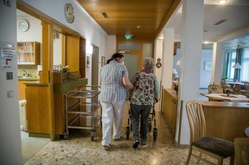In Pflegeheimen werden Besuche eingeschränkt, nicht eingestellt. vn/rp