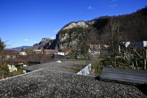 Bei einer Familie im Erlach werden diese zwei Kiesflachdächer bald ergrünen.