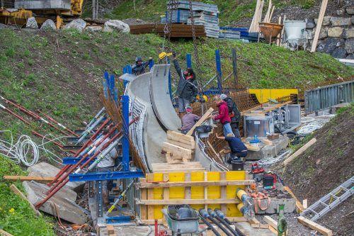 Beim Bludenzer Eiskanalprojekt wurden kürzlich die ersten Kurvenelemente gesetzt. Bis Anfang November soll die Bahn fertiggestellt sein.VN/Steurer