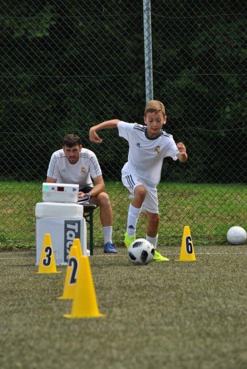Beim Fußballcamp lernen die Kinder von den Besten. cth