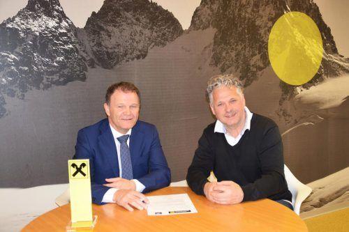 Bernhard Stürz von der Raifffeisenbank Bludenz-Montafon und Obmann Herbert Tschofen vom EHC Eurojobs Montafon. verein