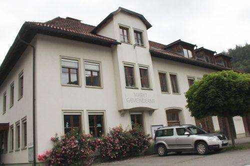 Bezau krempelt sein Zentrum um – dafür muss u. a. das Gemeindeamt samt altem Feuerwehrgerätehaus dem neuen Projekt Schule/Kindergarten weichen. stp/2